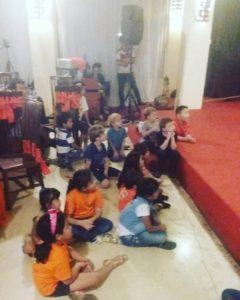 petrecere-cu-copii-la-un-spectacol-de-magie