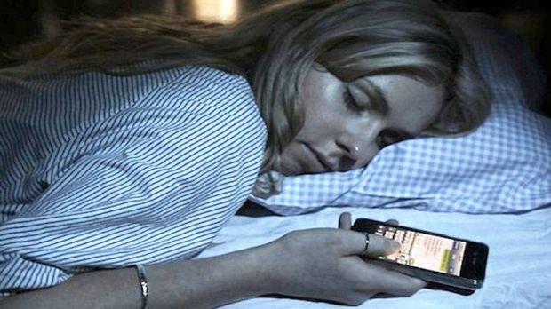 De ce nu e bine sa adormi cu telefonul in mana?