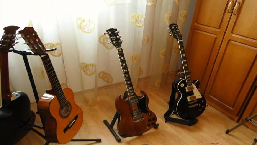 Chitara acustica vs chitara electrica