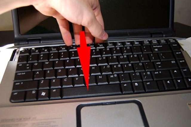 Cum se poate curata tastatura laptopului indiferent de situatie?