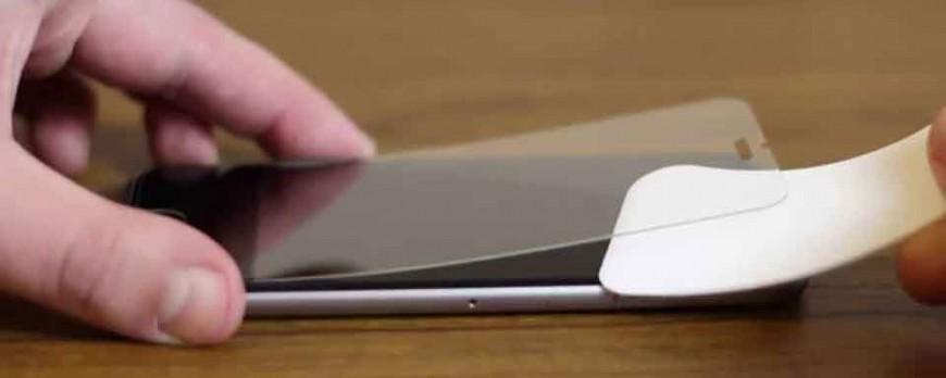 Lipirea foliei de protectie pe telefonul mobil